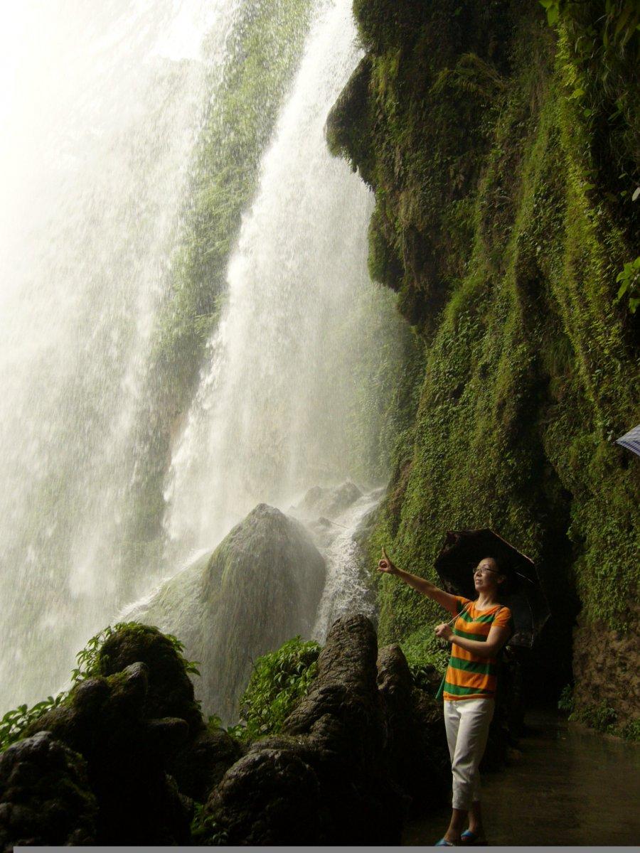 """简介:黄果树大瀑布高77.8米、宽101.0米,是我国最大的瀑布,也是世界著名大瀑布之一。早在三百多年前,我国著名的地理学家、旅行家徐霞客就描述其""""水由溪上石,如烟雾腾空,势其雄厉,所谓珠帘钩不卷,匹练挂遥峰,具不足拟其状也。""""奔腾的河水自70多米高的悬崖绝壁上飞流直泻犀牛潭,发出震天巨响,如千人击鼓,万马奔腾,声似雷鸣,远震数里之外,使游人惊心动魄。黄果树瀑布还有大水、中水、小水之分,常年流量中水为每秒20立方米,时间在九至十个月。流量不同,景观也不一样。大水时,流量达每秒1500立方米,银浪滔天,"""