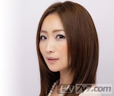 这款中分的长直发发型设计就是典型的女人味了,有点微红的染色,更是图片