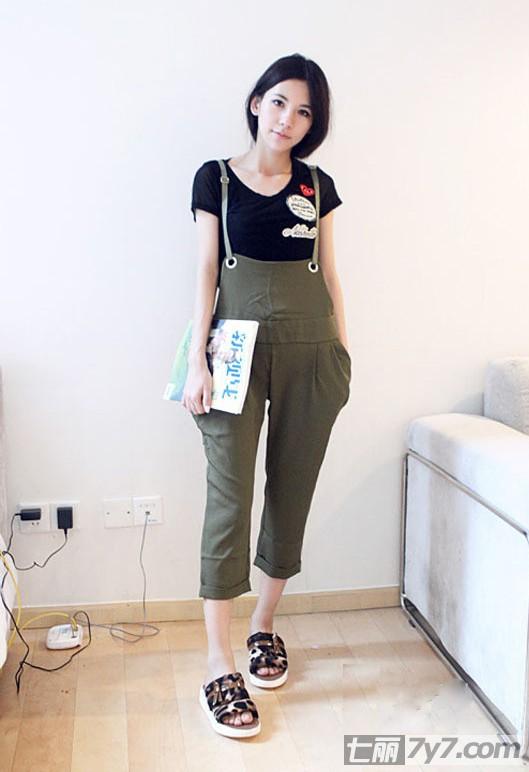 背带裤怎么搭配 俏皮背带装不拼性感比可爱