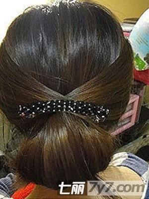 扎法图解 玩转夏日清凉发型 步骤五:用螺旋发夹在发包附近像拧螺丝