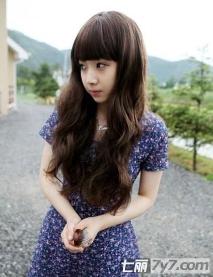 深褐色染发,超级韩范的可爱长卷发,配上碎花连衣裙,萝莉公主范,惹人