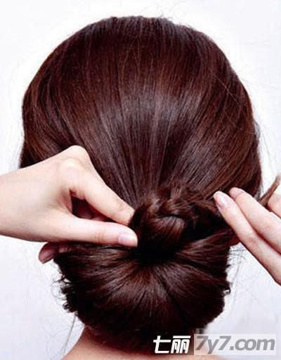 diy盘发每天都有新发型 步骤三: 将剩下的马尾的头发缠绕在一只手掌上