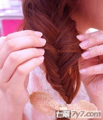 图解歪辫子发型的扎法步骤
