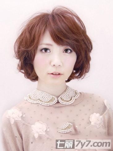 最新宽脸适合的短发发型图片