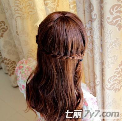 教程图解这款半扎发发型——斜边蝎子辫,花环式的扎发很美,简单清新又