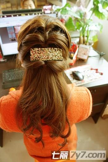 实用查询 生活百科 美容 diy发型 正文  步骤3:将扎好的头发稍微的用