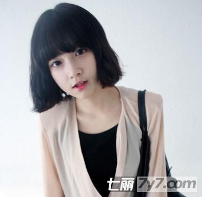 可爱的短卷发发型,这是一款很清新的发型,整齐的发尾很是迷人,齐刘海