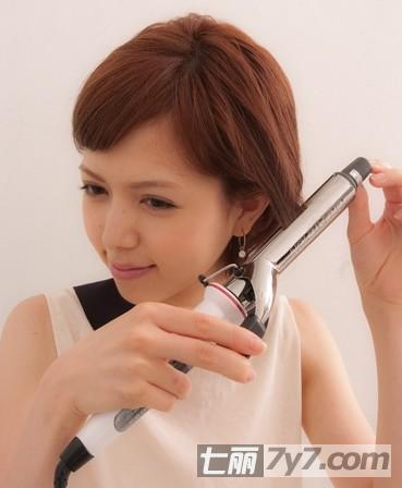 先用卷发棒将头发的发尾电卷